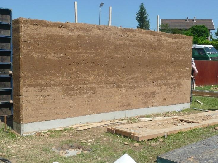 Mur pisé sur semelles béton